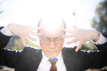 頭が光る男性