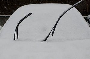 雪の日にワイパーを上げる車